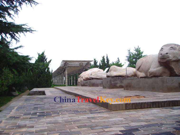 xian tomb The construction of the tomb was described by historian sima qian (145–90 bce) in his most noted work shiji, written a century after the mausoleum's completion.